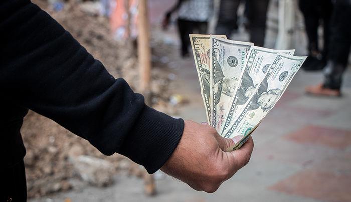 حمله مردم برای خرید دلار با وسوسه سودآوری