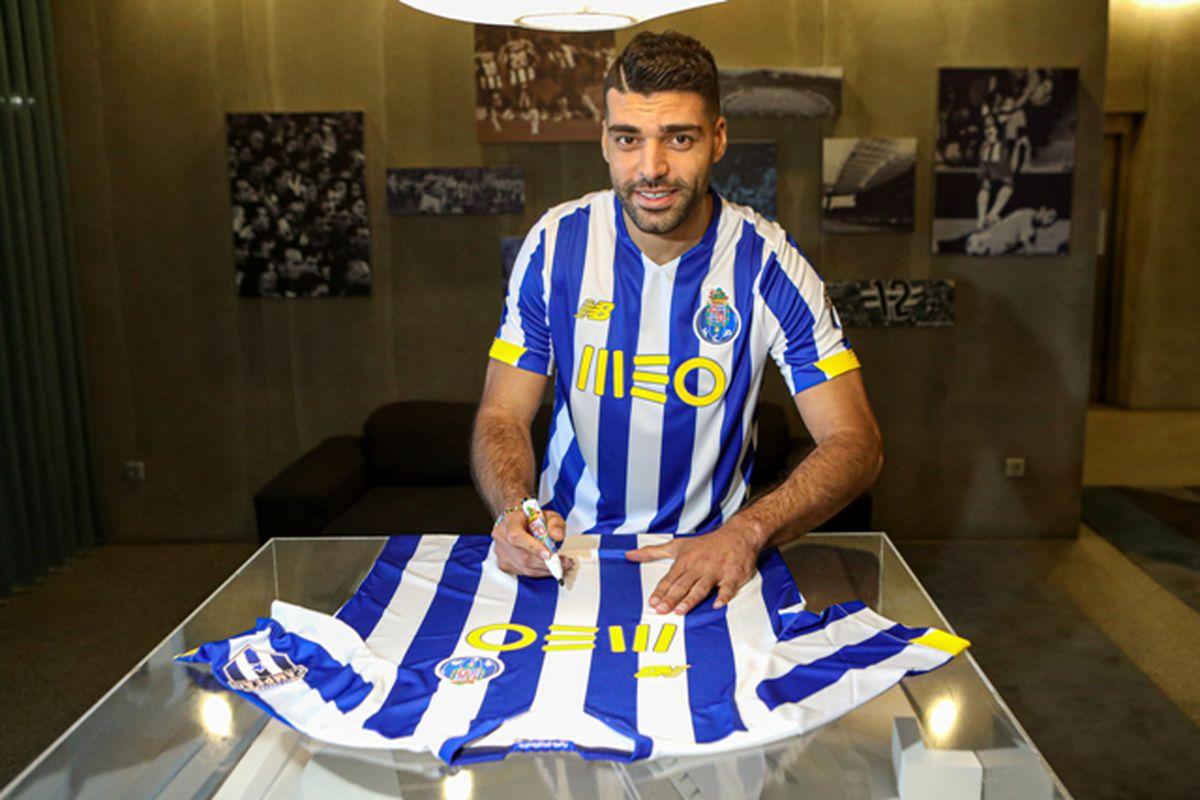 قرعه کشی باشگاه پورتو با پیراهن امضا شده طارمی
